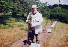 академік Зязюн Іван Андрійович у селі Пашківка висадив яблуневий сад (2012 рік)